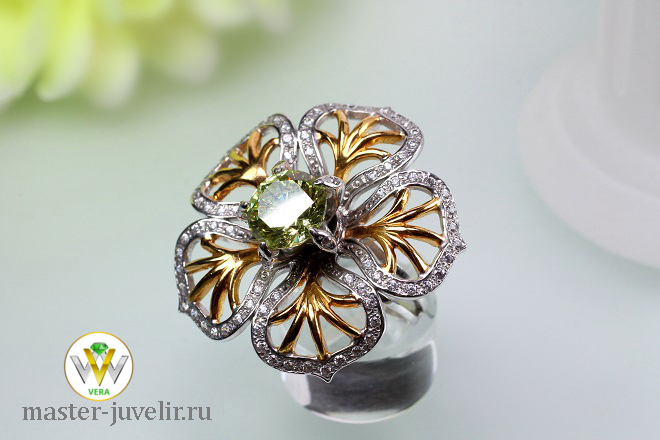 c8833c6d315f Кольцо женское объемное из серебра с позолотой и камнями. Купить в ...